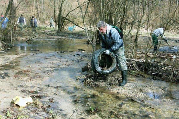 Rybári z Malinovej čistili potok Chvojnica.