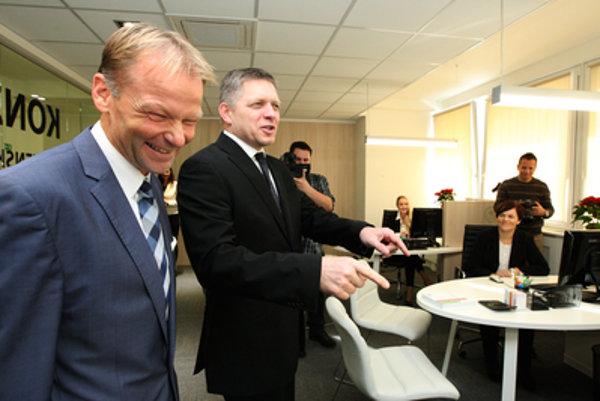 Vláda Roberta Fica krátko pred voľbmai nominovala ministra hospodárstva Vazila Hudáka za viceprezidenta Európskej investičnej banky.