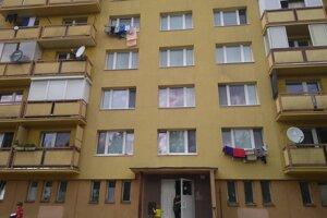 Ľudia, žijúci v tomto paneláku, prežili rušnú noc.