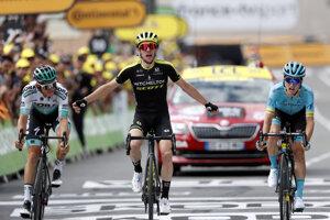 Simon Yates (uprostred) z tímu Mitchelton-Scott víťazí v 12. etape pretekov Tour de France z Toulouse do Bagneres-de-Bigorre (209,5 km) vo štvrtok 18. júla 2019.