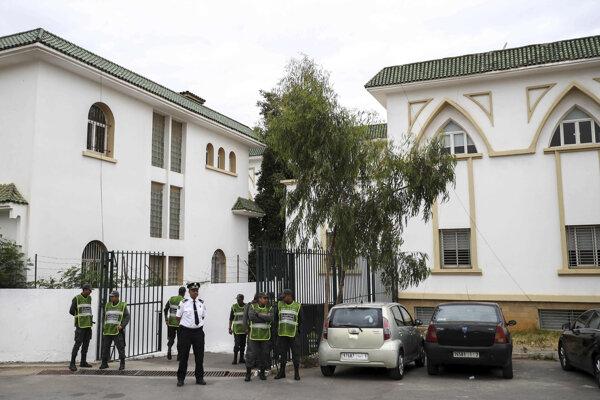 Bezpečnostné jednotky hliadkujú pred súdom.
