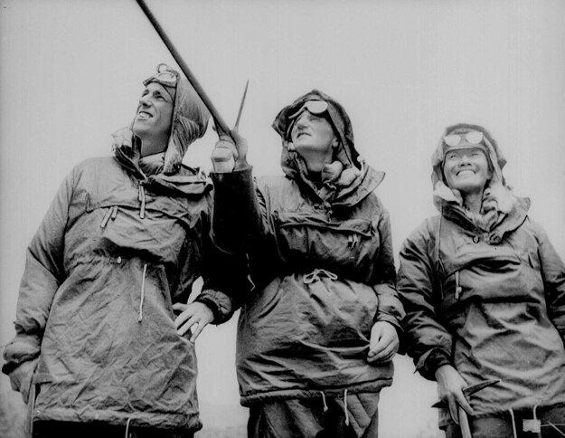 Zľava: Edmund Hillary, John Hunt a šerpa Tenzing Norgay.