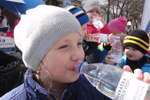 Fľašu vody dostal každý, kto sa pri stánku zaregistroval.