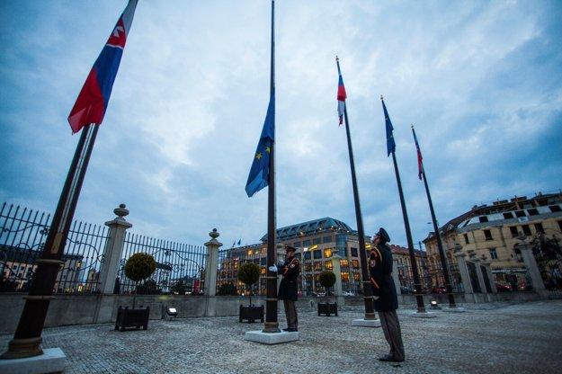 Príslušníci Čestnej stráže prezidenta spúšťajú vlajku.