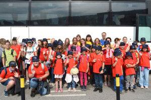 Tesne pre odchodom autobusu sa deti spoločne odfotili.