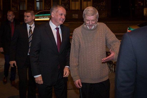 Prezident Andrej Kiska prichádza na predstavenie Kováči spolu s Gabrielom Obernauerom, predsedom divadelného súboru Jána Chalupku v Brezne, ktorého predstavenie zrušil Marian Kotleba