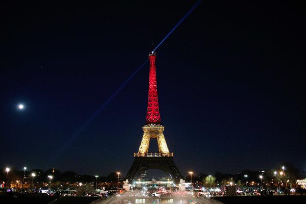 Osvetlená Eiffelova veža vo farbách belgickej národnej trikolóry v Paríži.