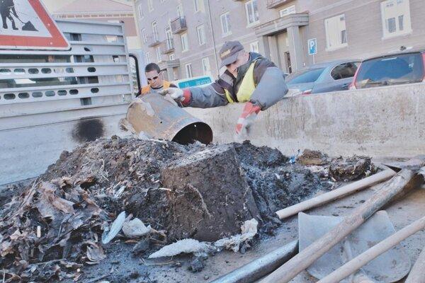 V kanálových vpustiach sa každoročne nahromadí množstvo odpadu, ktoré zabraňuje odtekaniu vody.