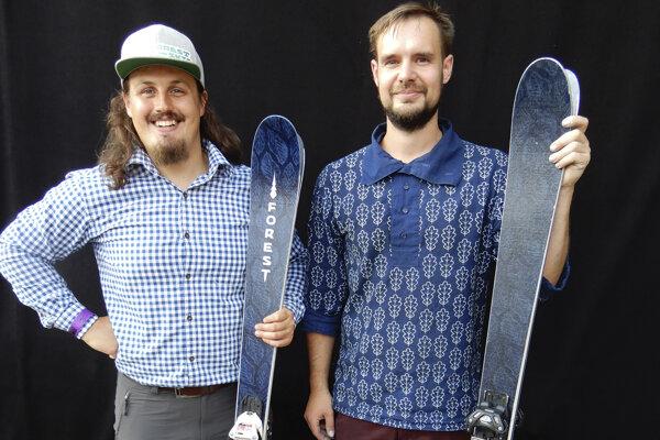 Vľavo Viktor Devečka, vpravo modrotlačiar Matej Rabada.