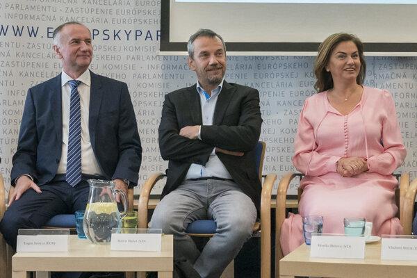 Europoslanci Eugen Jurzyca, Robert Hajšel a Monika Beňová na besede v Bratislave 19. júla 2019.