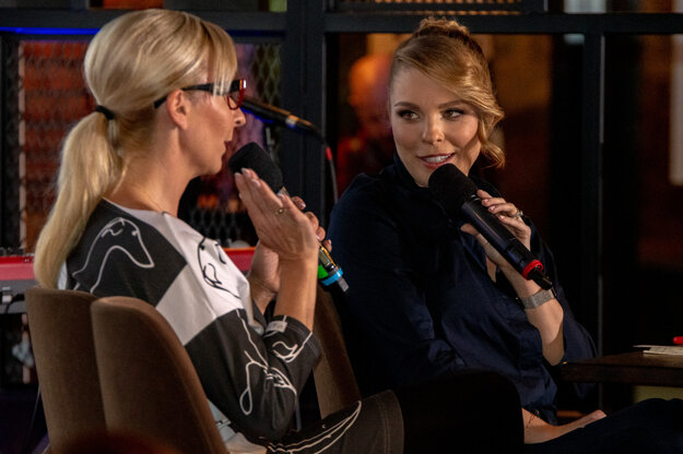 O pozadí úspešných projektov Sit Down Ladies Comedy a Sit Down Stories