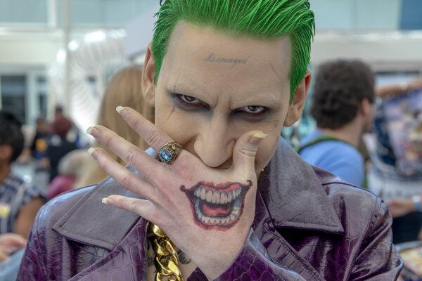 Matthew Morningstar z Tusconu v kostýme Jokera pózuje počas najväčšej výstavy filmov, komiksov, seriálov, hier a popkultúry na svete Comic-Con v americkom San Diegu.