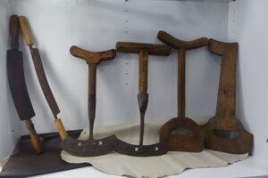 Garbiarstvo, čiže spracovanie kože, bolo v Brezovej pod Bradlom najpočetnejšie a najrozšírenejšie remeslo, keď sa mu v 19. storočí venovalo približne 300 obyvateľov. Na snímke nástroje garbiarov.