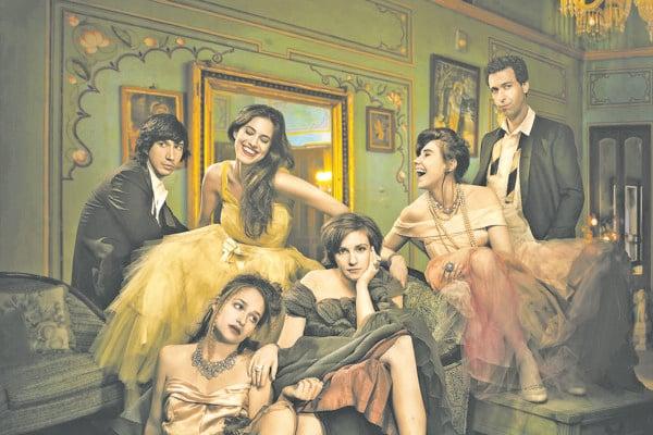 Osadenstvo seriálu Girls. Zľava Adam Driver, Allison Williams (hore), v strede Lena Dunham, ktorá hrá aj hlavnú postavu Hannah, Zosia Mamet (vpravo hore), Ray Ploshansky (úplne vpravo) a Jemima Kirke (dole).