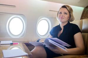 Zuzana Čaputová počas letu do Paríža, kde sa v rámci dvojdňovej oficiálnej návštevy stretne aj s francúzskym prezidentom Emmanuelom Macronom.