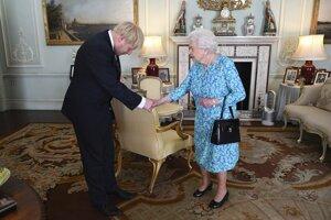 Novozvolený líder britskej Konzervatívnej strany Boris Johnson pri uvítaní britskou kráľovnou v Buckinghamskom paláci.
