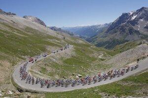 Pelotón cyklistov Tour de France prechádza priesmykom Galibier.