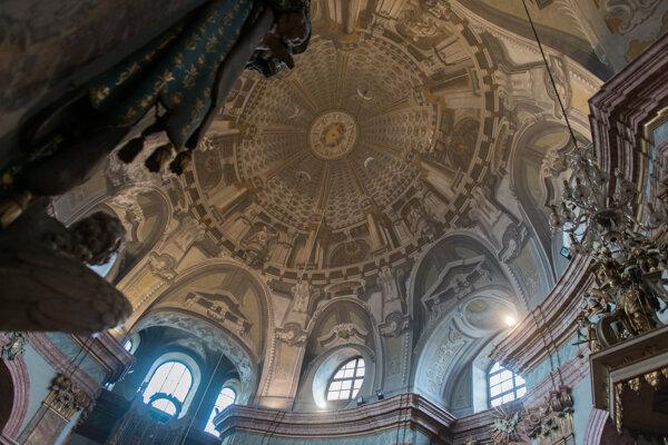Iluzívna freska na klenbe nad loďou kostola dokonale evokuje dojem vysokej kupoly.