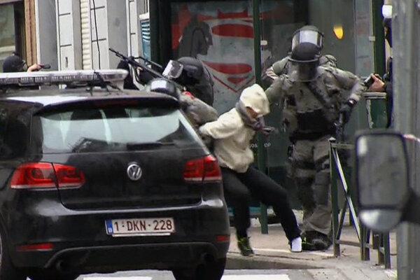 Abdeslama zadržali pri rozsiahlej protiteroristickej razii v bruselskej štvrti Molenbeek.