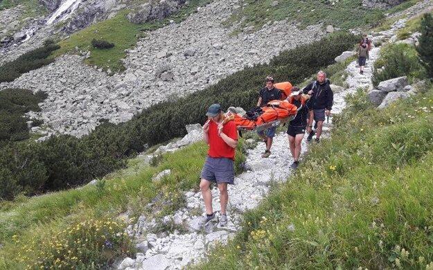 Záchranári českej turistke na mieste poranenú končatinu ošetrili a následne na nosidlách Kong transportovali k terénnemu vozidlu