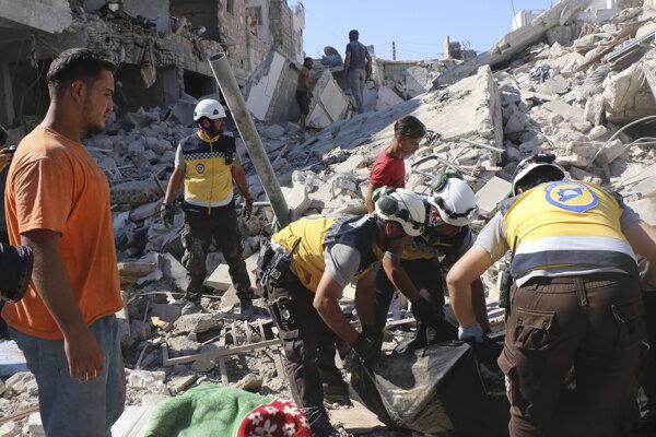 Záchranné zložky Biele helmy zasahujú po bombardovaní v sýrskej provincii Idlib.