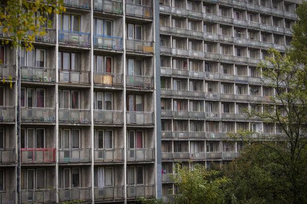 Fasáda Šturáku by po opravách mala vyzerať inak. Uvažujú, že na úkor balkónov zväčšia izby.