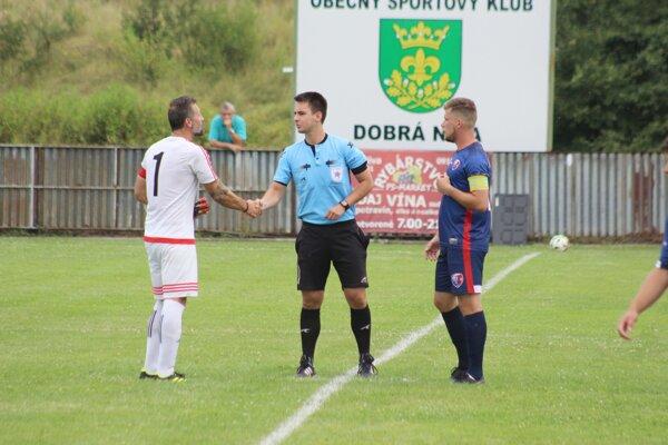 Kapitáni D. Novy a Zvolena si podávajú ruky s hlavným rozhodcom zápasu 1. kola Slovnaft Cupu.
