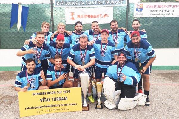 Mužstvo No Name z Nitry vyhrali veľký hokejbalový turnaj v Bošanoch.
