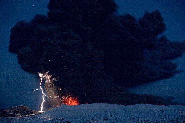 V roku 2010 vybuchla pod ľadom islandská Eyjafjallajökull (na snímke), teraz sa zobúdza vulkán pod ľadovcom Vatnajökull.