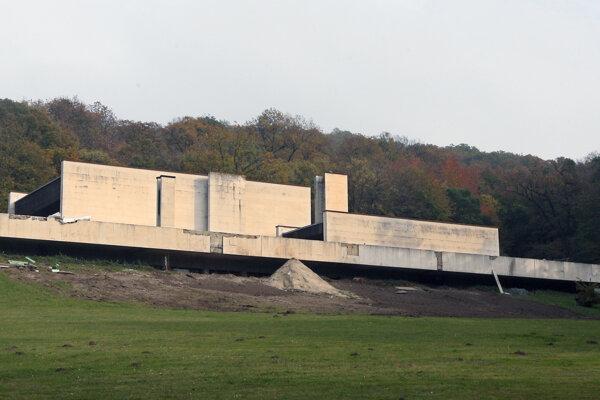 Na projekte bratislavského krematória, prvého na Slovensku, pracoval od roku 1962 až do roku 1968.