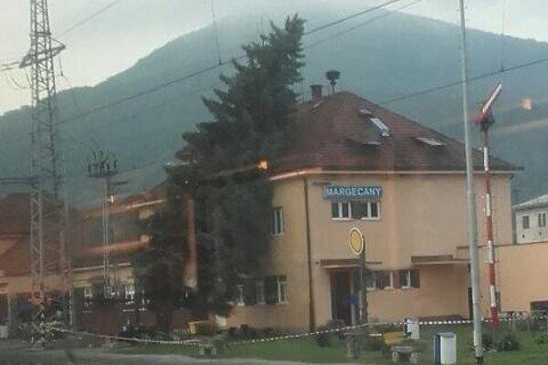 Strom spadol na obytnú budovu v rámci železničnej stanice v Margecanoch.