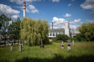 Z obce Horné Opatovce zostal len cintorín, kostol a chátrajúca budova školy. Pomníky sú v bezprostrednej blízkosti hlinikárne.