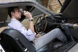 Špecialista spoločnosti Sotheby's Barney Ruprecht predvádza telefón v tajnej schránke.