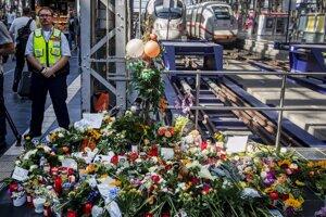 Kvety a sviečky na stanici vo Frankfurte nad Mohanom.