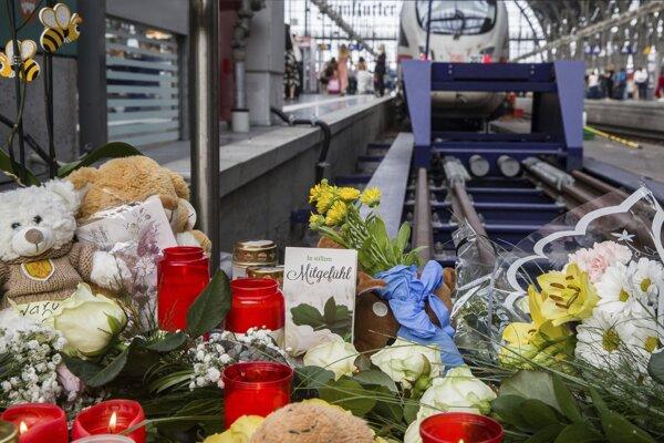 Kvety a sviečky položené pri trati, kde zahynul 8-ročný chlapec.