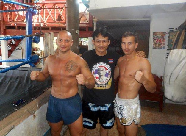 Peter Sitor (vľavo) vycestoval do Thajska so svojím zverencom Marianom Janišom (vpravo).