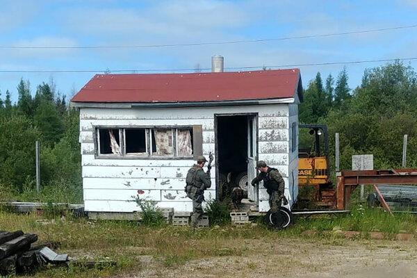 Polícia v provincii Manitoba prehľadáva domy aj rôzne skrýše.