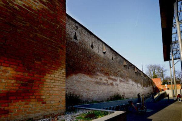 Hradby pri City Arene vlhnú a rozpadávajú sa.