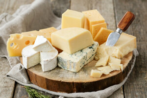 V menšom množstve obsahujú vitamín A aj iné druhy syrov, napríklad camembert, čedar, roquefort, syry s modrou plesňou, nátierkové syry a feta.