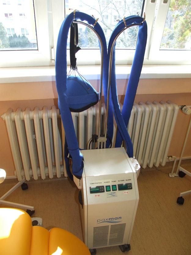 Tento prístroj môže niektorým pacientkám zachrániť vlasy.