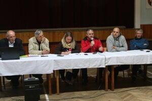 Starosta Jakubovian a poslanci obecného zastupiteľstva. Poslanci vtedy ľuďom sľúbili, že ak sa v petícii zozbiera viac podpisov ako polovica obyvateľov, tak ich názor budú rešpektovať a plniť.