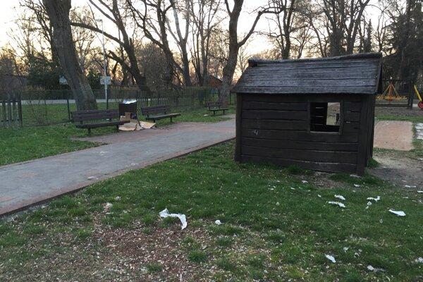 V parku zrejme prespávajú bezdomovci. Aj preto sa v ňom váľajú použité toaletné papiere.