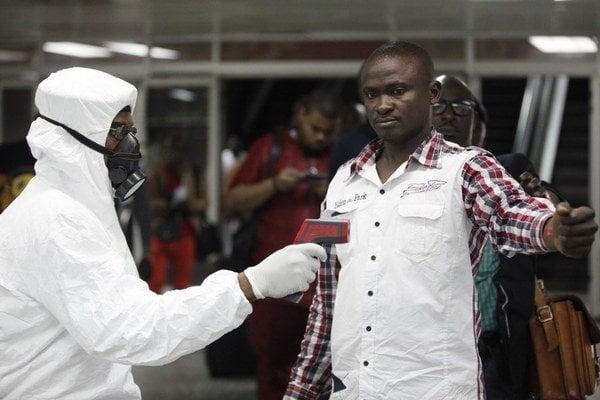 Na viacerých letiskách vo svete, vrátane toho v nigérijskom Lagose, začali prísnejšie kontrolovať teplotu cestujúcich z obavy pred šírením eboly.