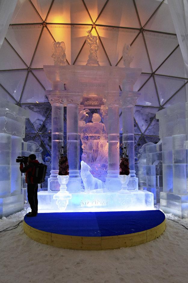 Hlavná sieň a hlavný portál počas otvorenia Tatranského ľadového dómu na Hrebienku v novembri.