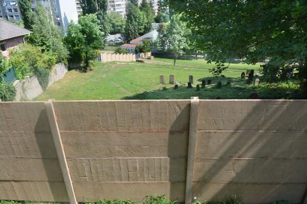 Nový betónový plot má podľa náboženskej obce chrániť ich cintorín.