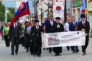Slávnostný sprievod k Národnému cintorínu počas osláv stého výročia oživotvorenia Matice slovenskej.
