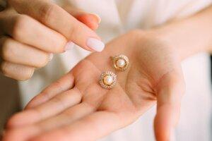 Drobný šperk. Ak je mladá matka vaša blízka priateľka alebo člen rodiny, pouvažujte nad drobným šperkom alebo bižutériou. Tradične sa matky obdarúvajú šperkami zo zlata, perál alebo koralu.