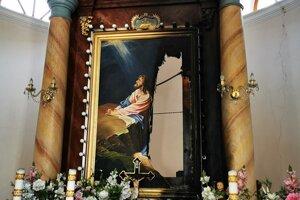 Oheň poškodil aj oltárny obraz.