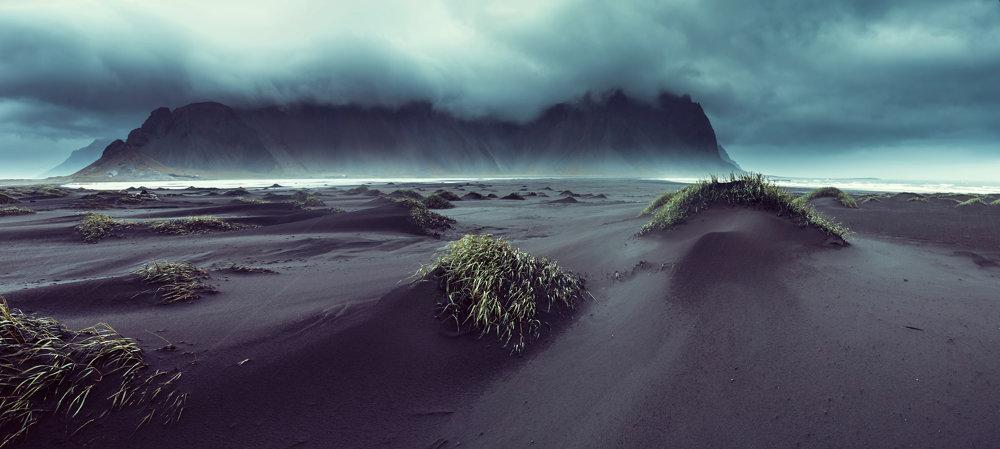 Letná búrka na Vesturhorn, Island.