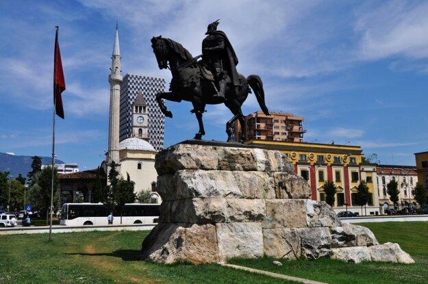 Námestie Skanderbega so sochou albánskeho hrdinu